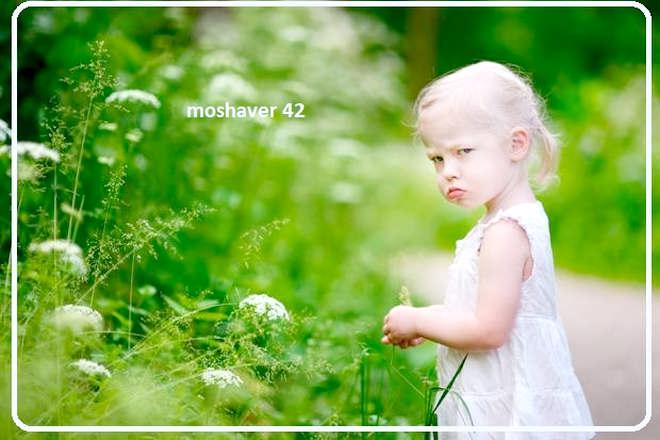 کودک با لباس سفید